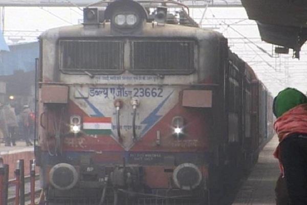 कोहरे के चलते 3 दर्जन रेलगाड़ियां प्रभावित, 10 घंटे तक लेट चल रही ये ट्रेनें