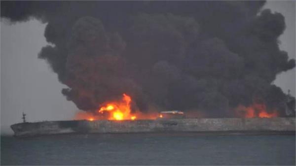 समुद्र में पोत व तेल टैंकर टकराने से लगी भीषण आग, 32 लापता