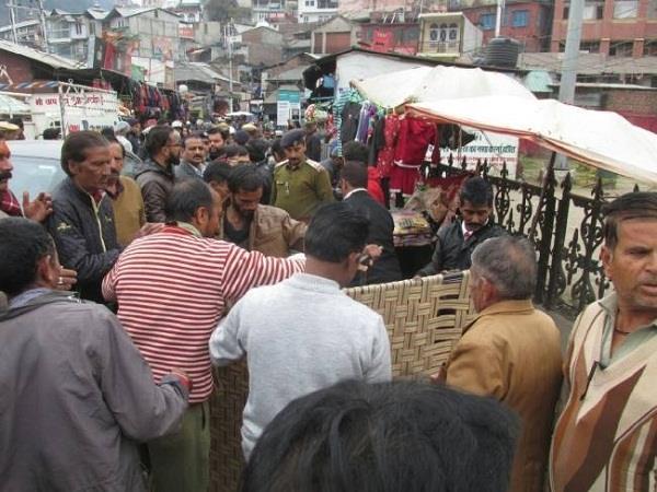 नगर परिषद ने आधा दर्जन रेहड़ियों पर कसा शिकंजा