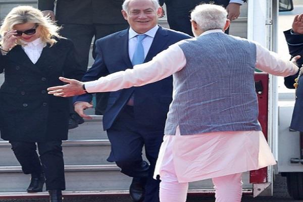कांग्रेस ने PM मोदी की 'हग डिप्लोमेसी' का उड़ाया मजाक,  ट्वीट किया Video