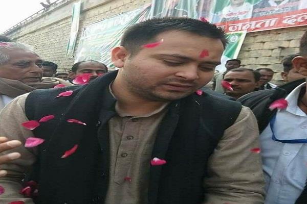 जिस गांव में हुआ CM नीतीश का विरोध वहीं तेजस्वी पर बरसे फूल, जदयू तिलमिलाई