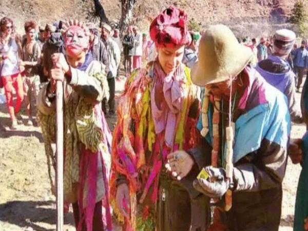 अजीबोगरीब परंपरा: देवलुओं ने राख फैंक कर भगाए भूत-प्रेत