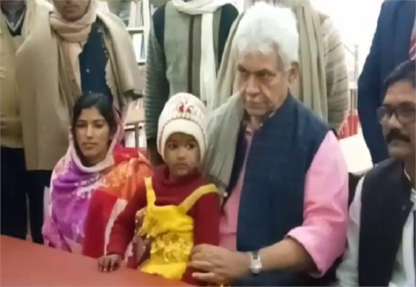 मनोज सिन्हा ने दिव्यांग की बेटी का स्कूल में कराया एडमिशन, बताया जिम्मेदार नागरिक का कर्तव्य