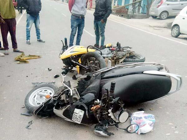 स्कूटी-बाइक की भीषण टक्कर में उड़े वाहनों के परखच्चे, 2 गंभीर घायल
