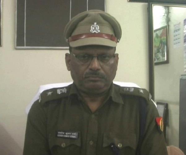 दारोगा की टोपी पहन फोटो खिंचवाना युवक को पड़ा मंहगा, पुलिस ने भेजा जेल