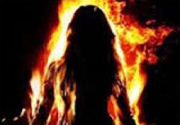 महिला ने खुद को लगाई आग, सीसीटीवी कैमरे में कैद हुआ मौत का पूरा मंजर