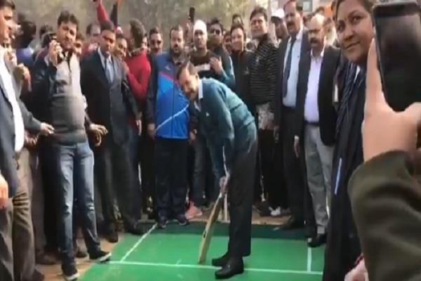 Video: सियासी घमासान के बीच बेफिक्र क्रिकेट खेलते दिखे केजरीवाल