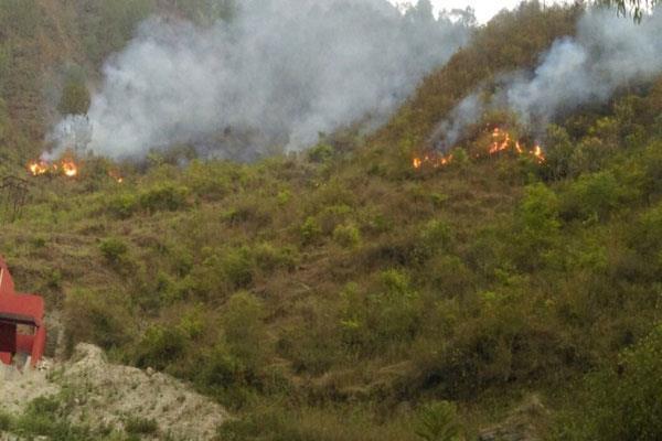 पुंछ के करमाड़ा सैक्टर में एलओसी के पास जंगलों में लगी आग