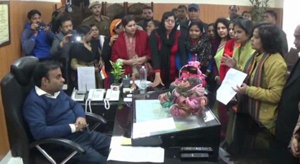 महिलाओं ने मुख्यमंत्री को भेजी चूडिय़ां, रेप की घटनाओं से समाज आहत