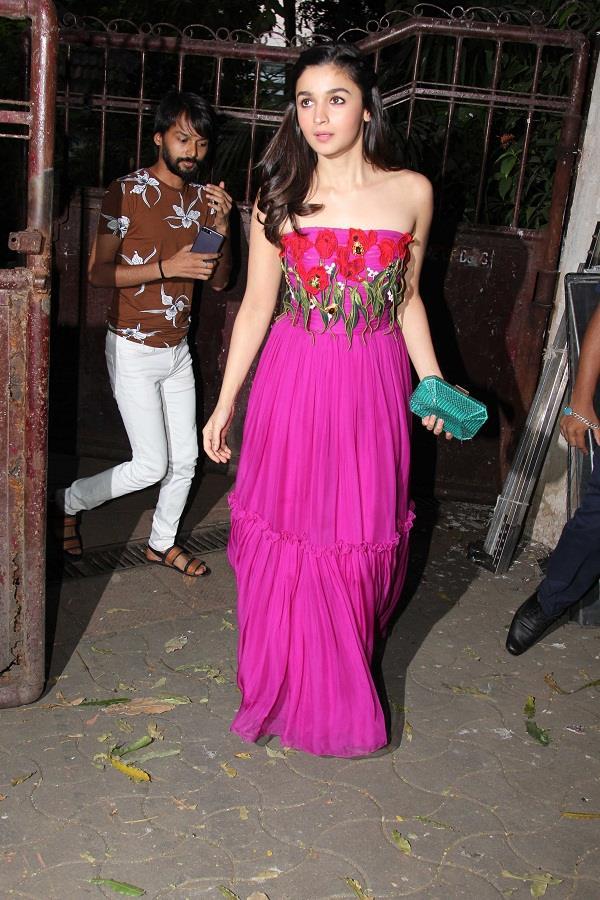 पिंक ऑफ-शोल्डर ड्रैस में बेहद खूबसूरत दिखीं Alia Bhatt