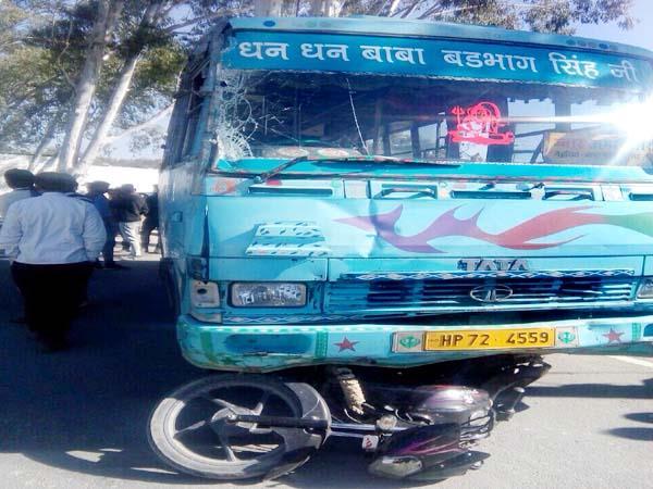 ट्रक की टक्कर से बाइक पर जा चढ़ी बस, 12 घायल