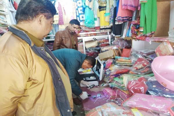 दुकान में सेंधमारी कर नकदी व सामान चोरी