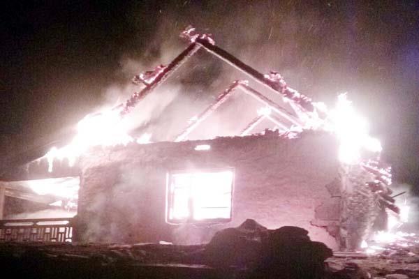 आग की भेंट चढ़ा दोमंजिला मकान, परिवार के लोगों की ऐसे बची जान