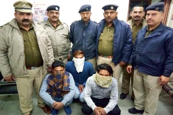 11 ए.टी.एम. कार्ड व चरस सहित 3 युवक गिरफ्तार, थाना प्रभारी की होशियारी से मिली कामयाबी