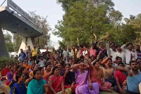 सूरत: नीरव मोदी की कंपनियों के कर्मचारियों का प्रदर्शन