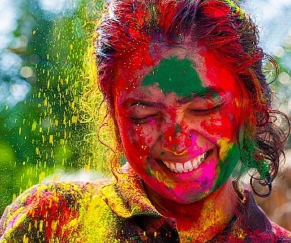 चेहरे पर लगे होली के पक्के रंग को इन घरेलू नुस्खों से करें साफ