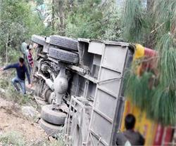 मिनी ट्रक को टक्कर मारने के बाद पलटी अनियंत्रित बस, 4 की हालत गंभीर