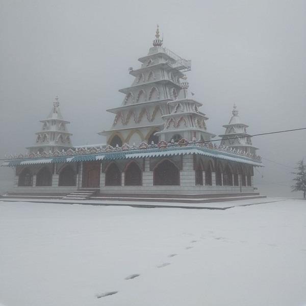 प्रसिद्ध शक्तिपीठ मुरारी देवी में बिछी बर्फ की चादर, दीदार के लिए पहुंच रहे सैलानी (PICS)