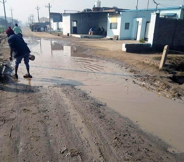 सड़कों पर जमा पानी से गांव दलसिंहवाला निवासी परेशान