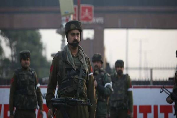 सुरक्षा में खामियां: टीन की दीवारों के सहारे सुंजवां ब्रिगेड मुख्यालय की सिक्योरिटी
