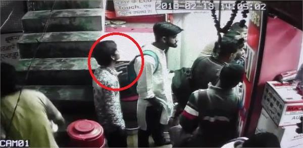 चोर ने दुकान से 90 हजार समेत 5 मोबाइलों पर किया हाथ साफ, वारदात CCTV में कैद