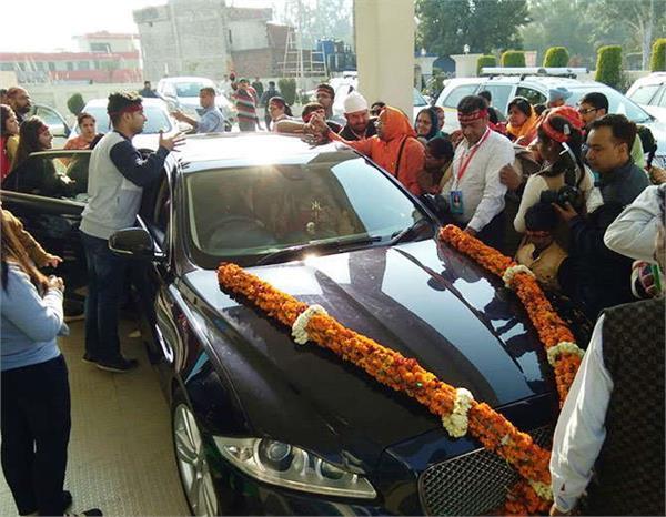 देखें कैसे शोभायात्रा में भाग लेने के लिए हाईटेक जगुआर कार में पहुंचीं राधे मां