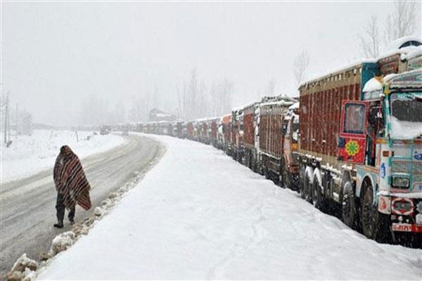 तीसरे दिन भी थमी रही तीन सौ किलोमीटर लंबे जम्मू-श्रीनगर नेशनल हाईवे की रफ्तार