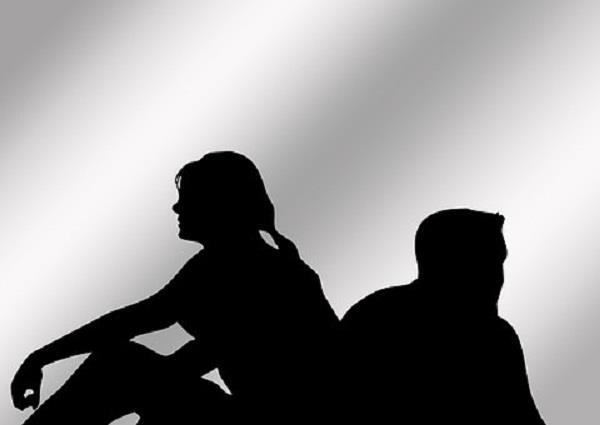 लोक अदालत में पहुंचा अनोखा मामला,पति दीवारों पर लिखता है-पत्नी का कैरेक्टर ठीक नहीं