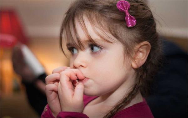 बच्चों के नाखूनों चबाने की आदत को इन आसान तरीकों से करें दूर