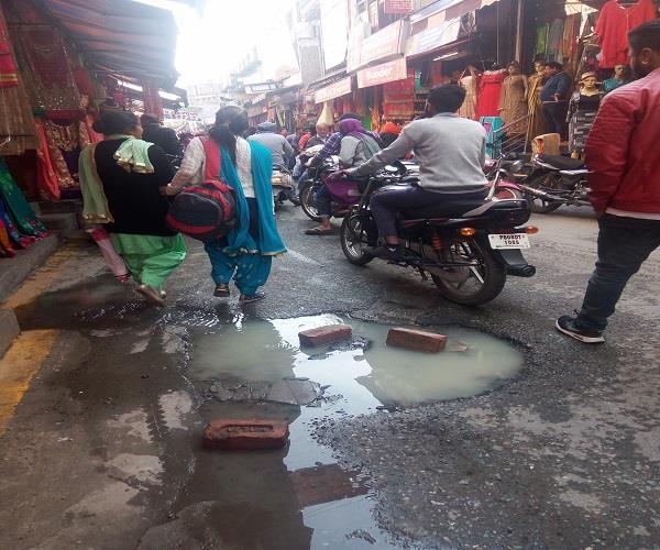 गऊशाला रोड पर छाया है बदबू का आलम, लोग परेशान