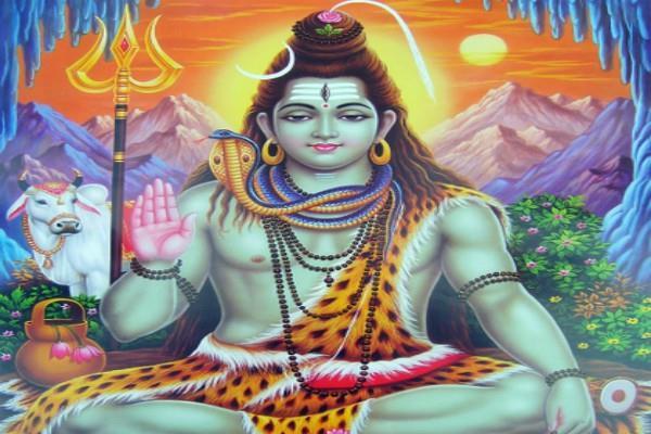 शिव शंकर ने किन तीन गुणों को त्रिशूल रूप में कर रखा है धारण