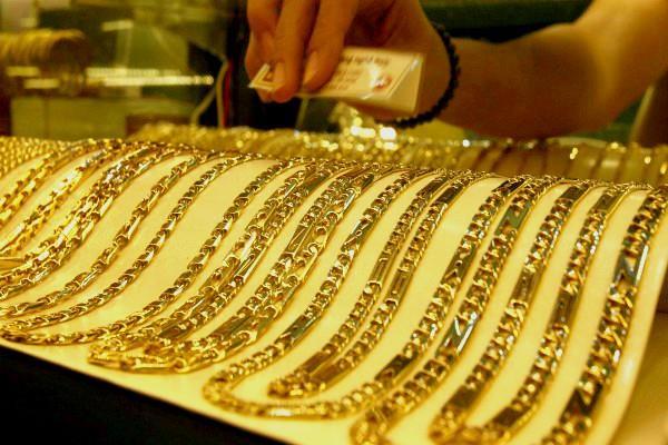 सोने की कीमतों में मामूली चमक, चांदी के दाम लुढ़के