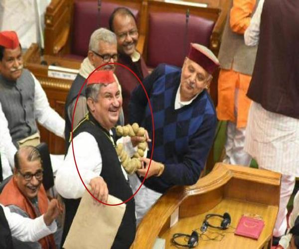 आलू की माला पहन संसद में पहुंचे सपा सदस्य, अखिलेश भी देखकर हंसे