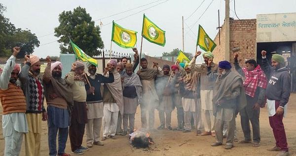 बजट के विरोध में किसानों ने केंद्र सरकार का पुतला फूंका