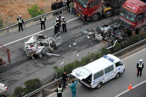 चीन में सड़क धंसने से 8 लोगों की मौत