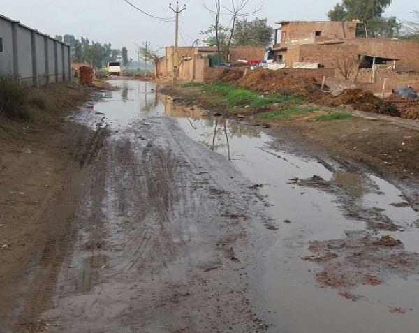 छप्पड़ का पानी सड़क पर फैलने से बीमारियों का डर