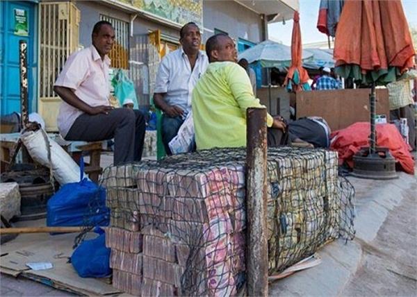 इस देश में सड़कों के किनारे लगते हैं नोटों के बाजार