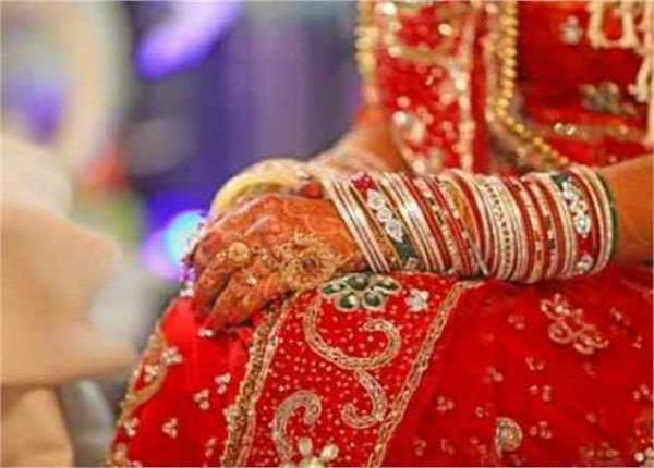 मातम में बदली शादी की खुशियां, मेहंदी वाले हाथों से बेटी ने किया मां को 'विदा'