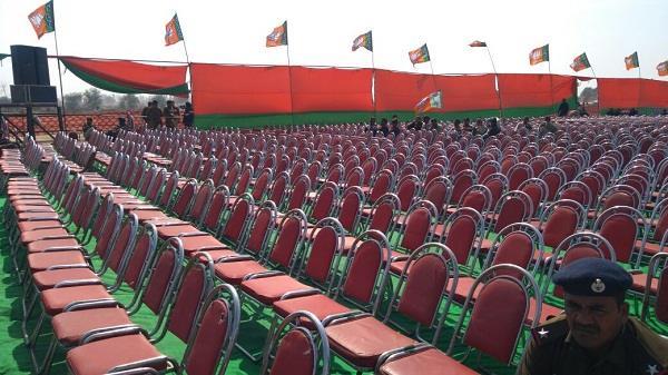 अमित शाह की रैली में एक तिहाई कुर्सियां खाली, क्या है असलियत?
