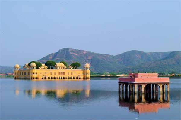 पानी पर तैरता है राजस्थान का जलमहल, रात में लगता है स्वर्ग या सुदंर