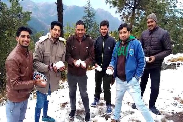 सफेद 'चांदी' से ढकी बिलासपुर की सबसे ऊंची पहाड़ी, बच्चे-युवा उठा रहे आनंद