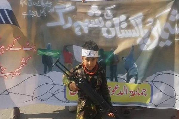 हाफिज सईद का भारत के खिलाफ अभियान, बच्चों को थमा रहा बंदूक
