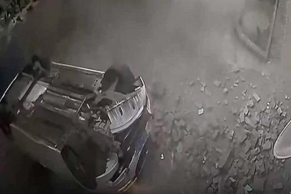दूसरी मंजिल की दीवार तोड़ नीचे गिरी कार, देख लोगों के उड़े होश