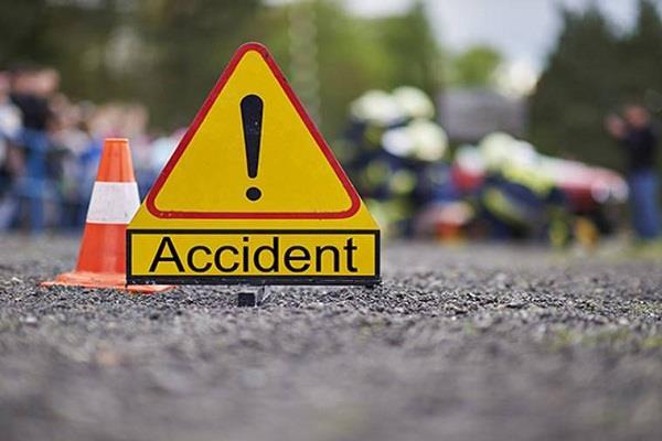 तेज रफ्तार ट्रक ने बाइक सवार दम्पति को मारी टक्कर, महिला की मौत