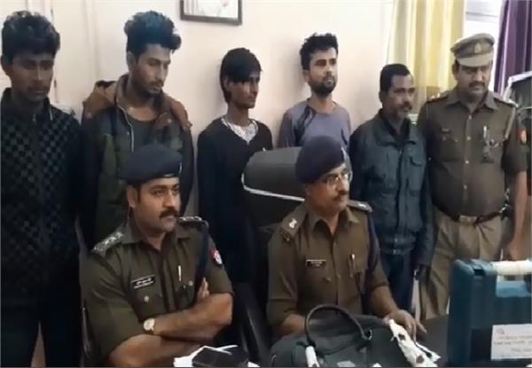 गोरखपुर पुलिस के हाथ लगी बड़ी सफलता, 5 शातिर चोरों को किया गिरफ्तार