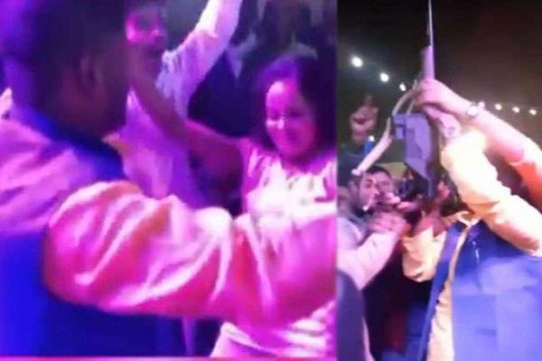 बिहारः RJD नेता बार बालाओं के साथ डांस करते आए नजर, वीडियो हुआ वायरल