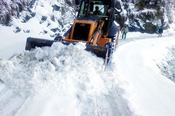 Watch Pics : बर्फबारी से 167 सड़कों पर थमी वाहनों की रफ्तार, 300 से ज्यादा रूट प्रभावित