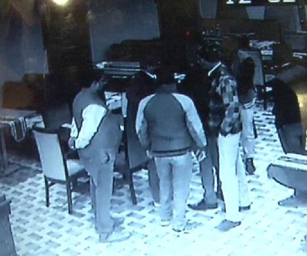 बेखौफ बदमाशः होटल मालिक से हथियार के बल पर मांगी रंगदारी, वारदात CCTV में कैद