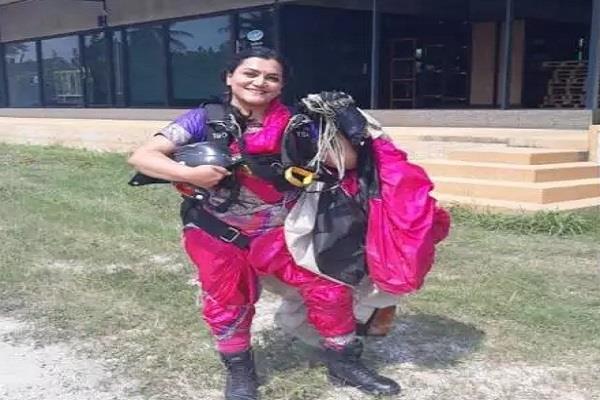 पुणे गर्ल ने रचा इतिहास, साड़ी पहन 13 हजार फीट ऊंचाई से लगाई छलांग