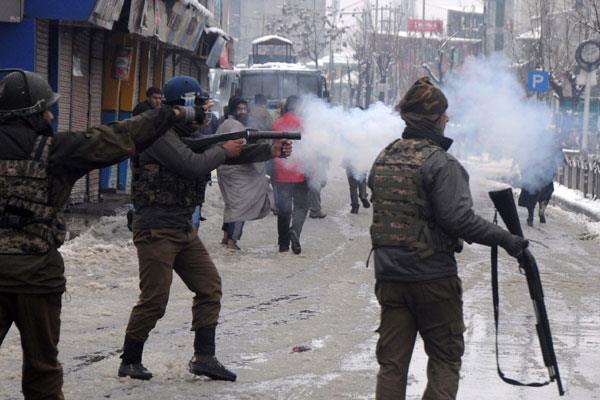 श्रीनगर में मुठभेड़ स्थल के पास झड़पें , मोबाइल इंटरनेट सेवाएं निलंबित